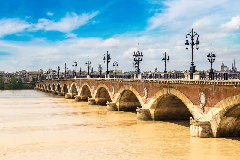 Vecchio ponte pietroso in Bordeaux fotografie stock