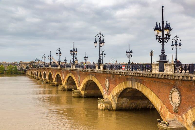 Vecchio ponte pietroso in Bordeaux immagini stock