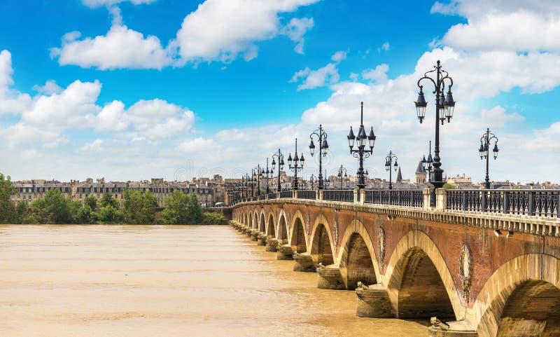 Vecchio ponte pietroso in Bordeaux fotografie stock libere da diritti