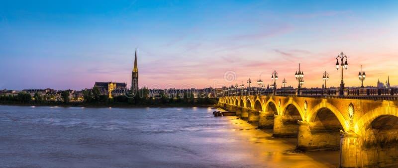Vecchio ponte pietroso in Bordeaux immagini stock libere da diritti