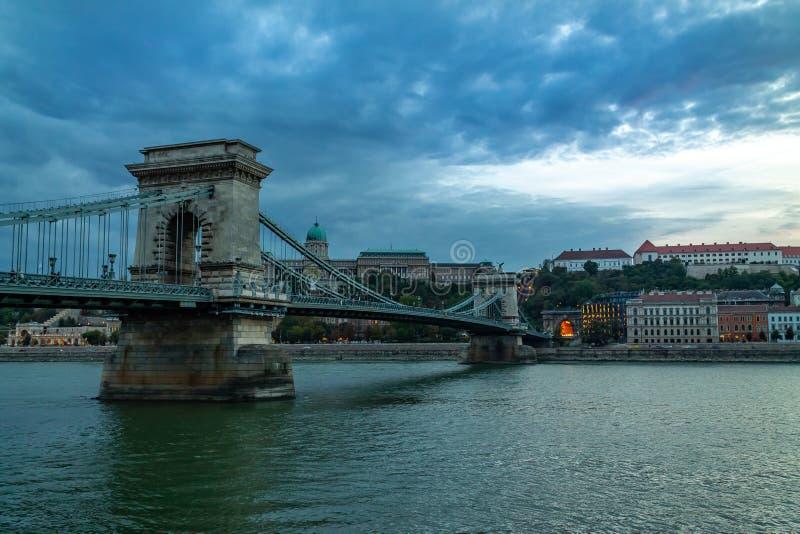 Vecchio ponte sopra il Danubio a Budapest immagini stock libere da diritti