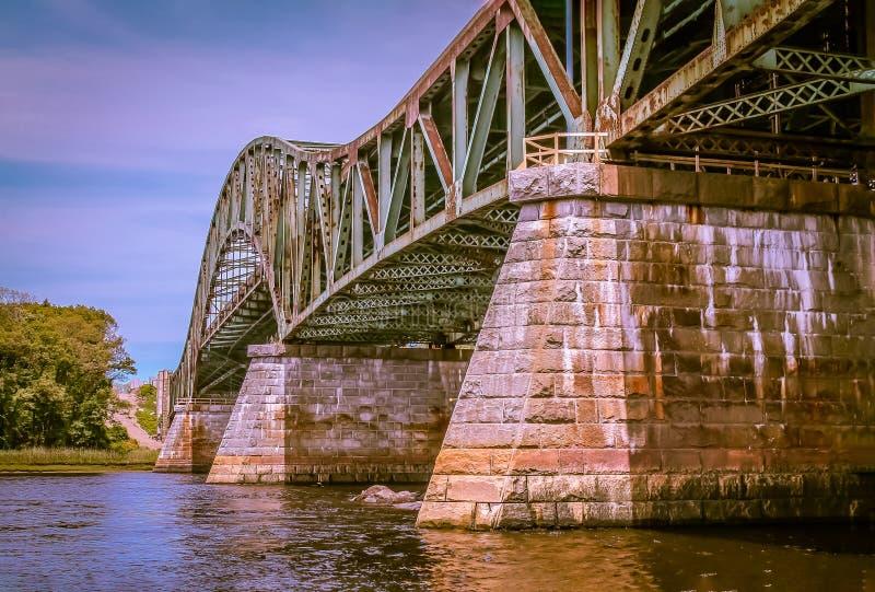 Vecchio ponte sopra il fiume di Merrimack immagine stock