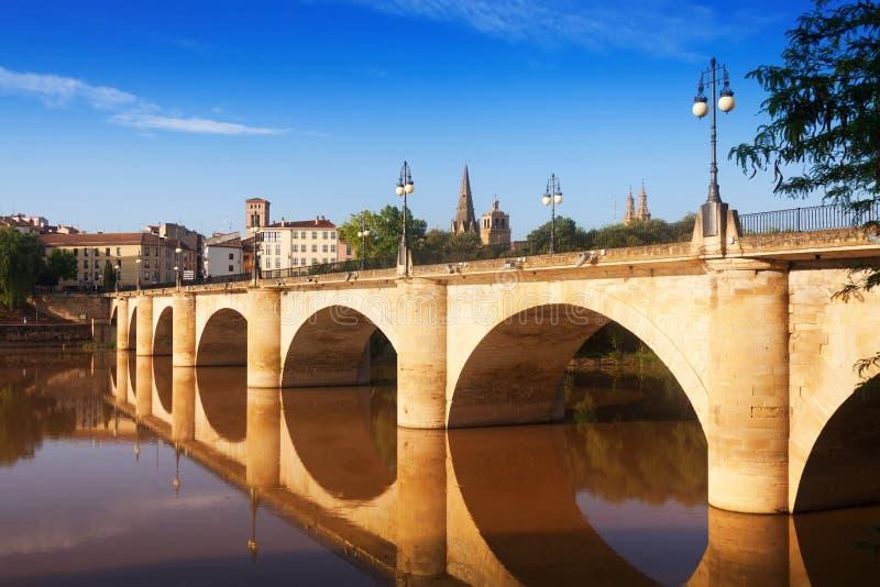 Vecchio ponte sopra l'Ebro Logrono, Spagna immagini stock