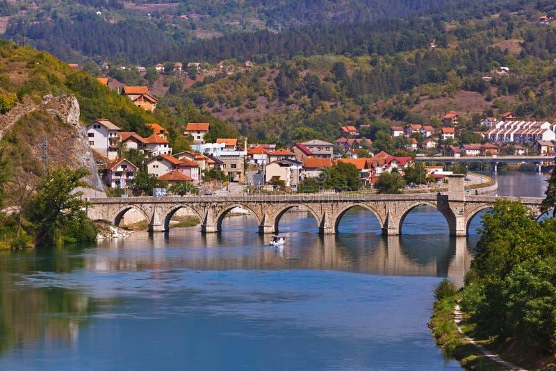 Vecchio ponte sul fiume di Drina Visegrad - in Bosnia-Erzegovina fotografie stock