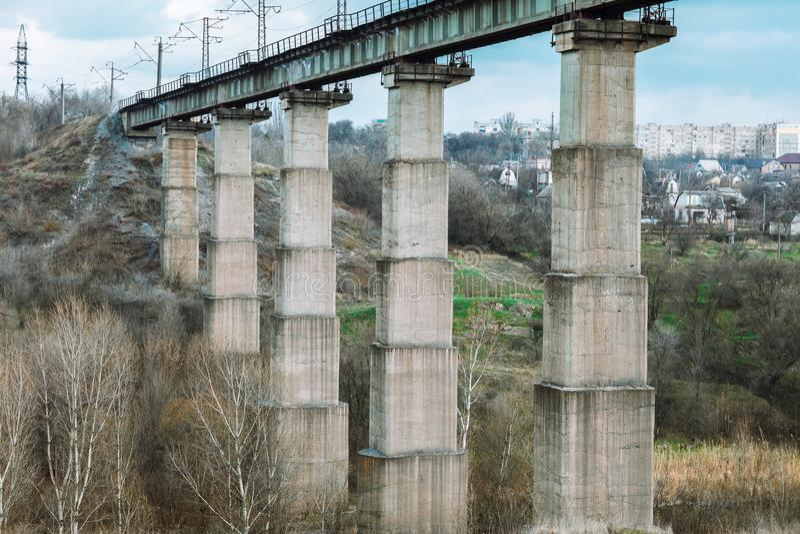 Vecchio ponticello ferroviario di pietra fotografia stock libera da diritti