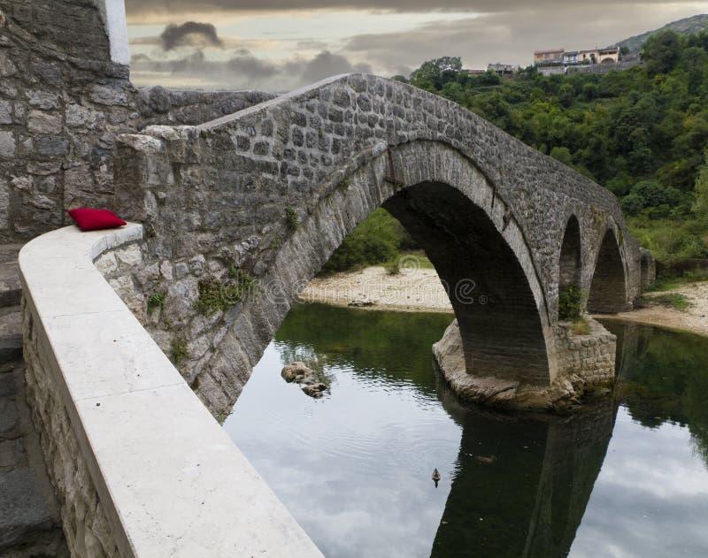 Vecchio ponticello nel villaggio Rijeka immagine stock