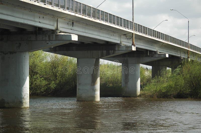 Vecchio ponticello sul fiume fotografia stock libera da diritti