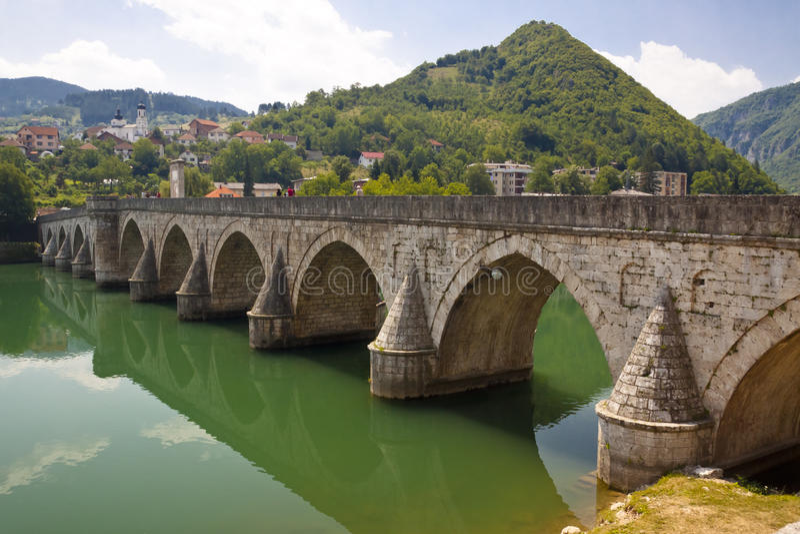 Vecchio ponticello sul fiume di Drina - Visegrad, Balcani. fotografia stock