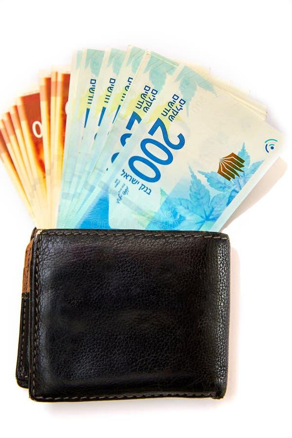 Vecchio portafoglio con soldi isolati su fondo bianco fotografie stock
