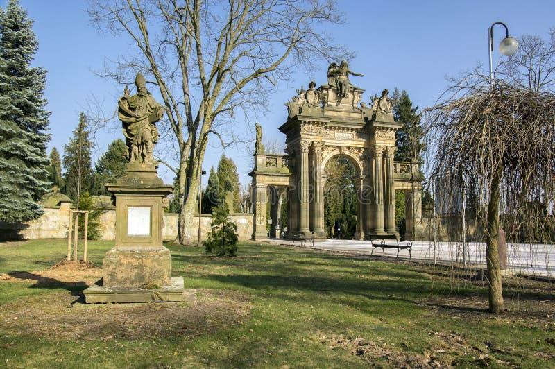 Vecchio portale stupefacente storico del cimitero di stile di neo-rinascita in Horice in repubblica Ceca, giorno soleggiato immagini stock libere da diritti