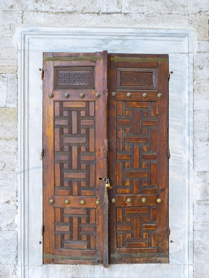 Vecchio portello di legno sbloccato fotografia stock libera da diritti