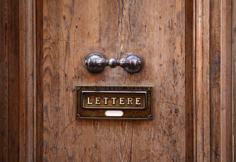 Vecchio portello e Letterbox immagini stock