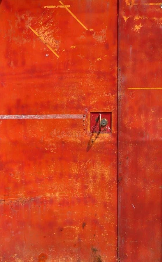 Vecchio portello rosso del ferro immagini stock libere da diritti