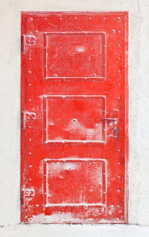 Vecchio portello rosso del metallo fotografia stock libera da diritti