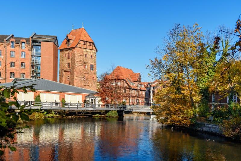Vecchio porto storico del fiume di Ilmenau in Luneburg germany immagine stock