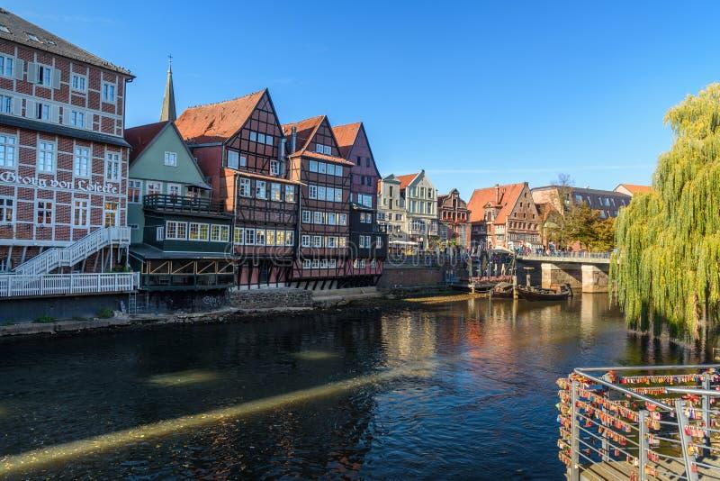 Vecchio porto storico del fiume di Ilmenau in Luneburg germany immagini stock libere da diritti