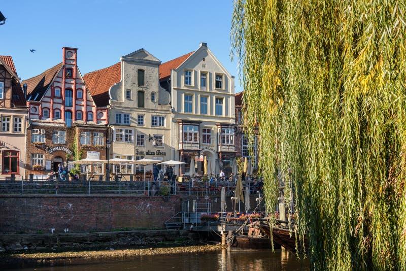 Vecchio porto storico del fiume di Ilmenau in Luneburg germany fotografie stock