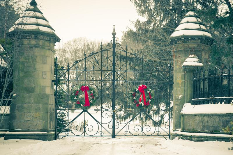 Vecchio portone del cimitero nell'inverno immagini stock libere da diritti