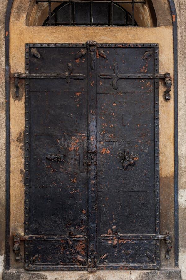 Vecchio portone del ferro, chiuso chiuso e fissato con i fermi immagine stock libera da diritti