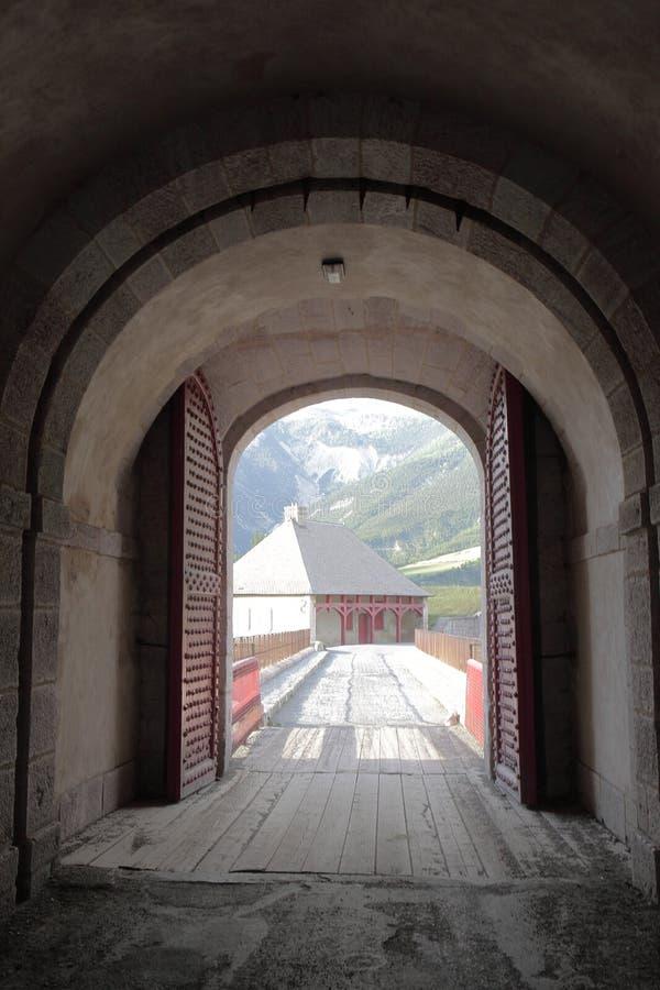 Vecchio portone della città della fortificazione del Mont-delfino, Hautes-Alpes, Francia fotografia stock
