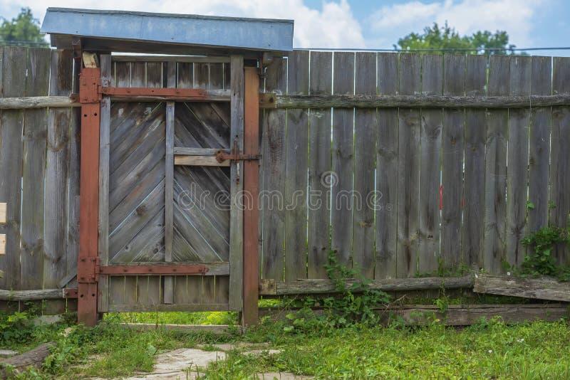 Vecchio portone di legno rustico in recinto naturale del villaggio Scena rurale della campagna, agriturismo fotografie stock