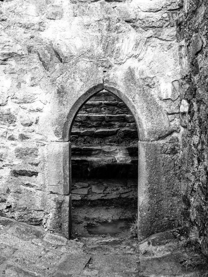 Vecchio portone gotico dell'arco in rovina di pietra medievale del castello fotografie stock libere da diritti