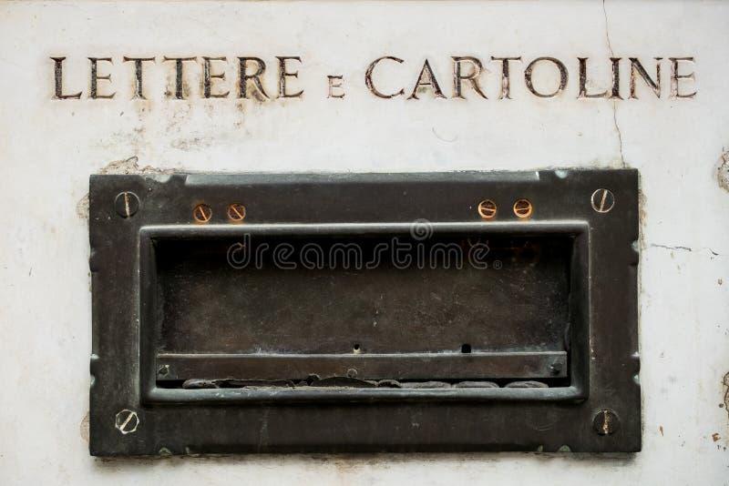Vecchio postbox italiano sulla parete di marmo antica della casa in metallo, sul simbolo di corrispondenza d'annata e sulla posta fotografia stock