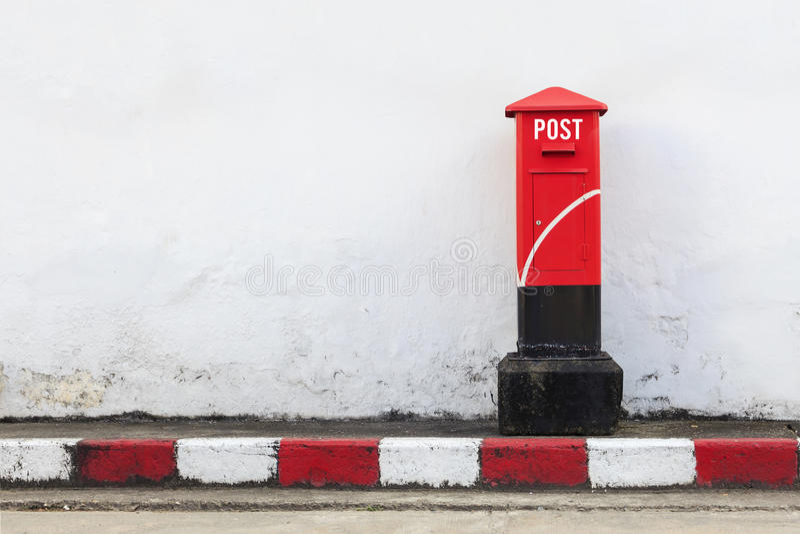 Vecchio postbox rosso fotografie stock libere da diritti