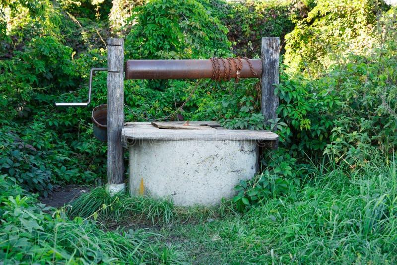Vecchio pozzo d'acqua fotografie stock