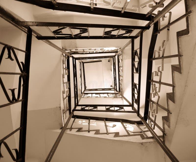 Vecchio pozzo delle scale di bobina immagine stock
