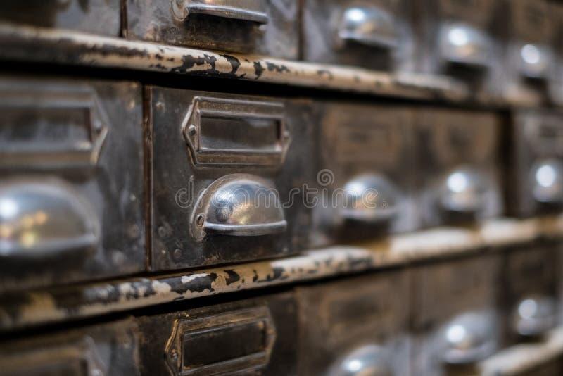 Vecchio primo piano del cassetto delle biblioteche - macro d'annata della mobilia immagine stock libera da diritti