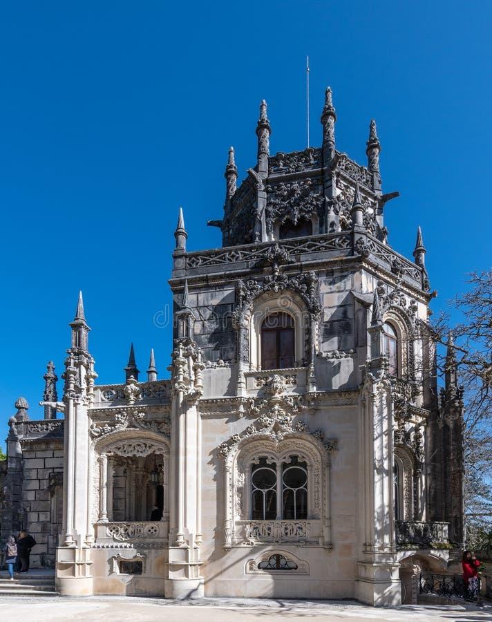 Vecchio primo piano del castello sul fondo del cielo blu immagini stock libere da diritti