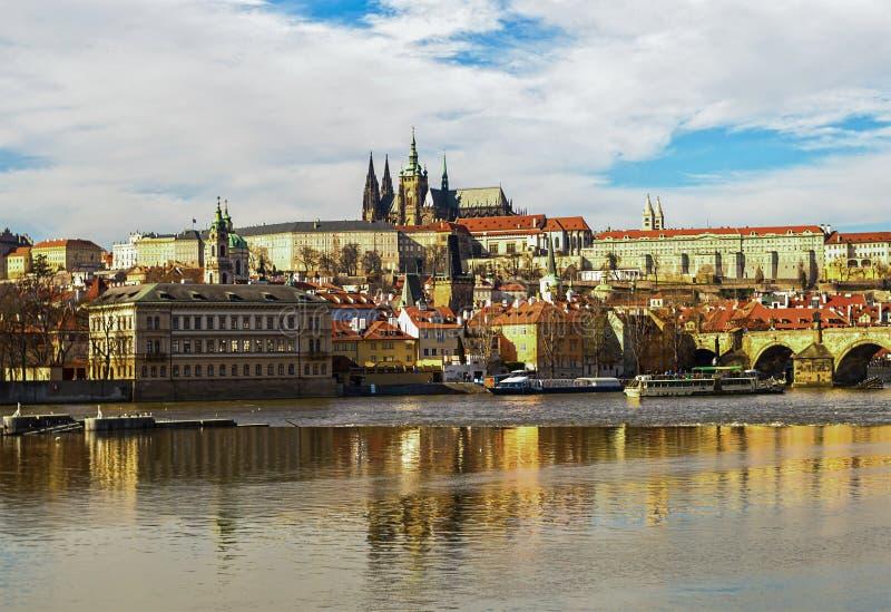 Vecchio punto di vista storico del castello di Praga del centro urbano del san Vitas della cattedrale sulla banca del fiume della fotografia stock