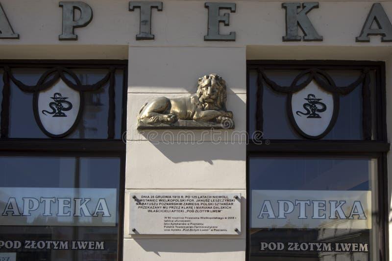 Vecchio quadrato del mercato a Poznan poland Il vecchio segno Apteka del witn della casa fotografia stock