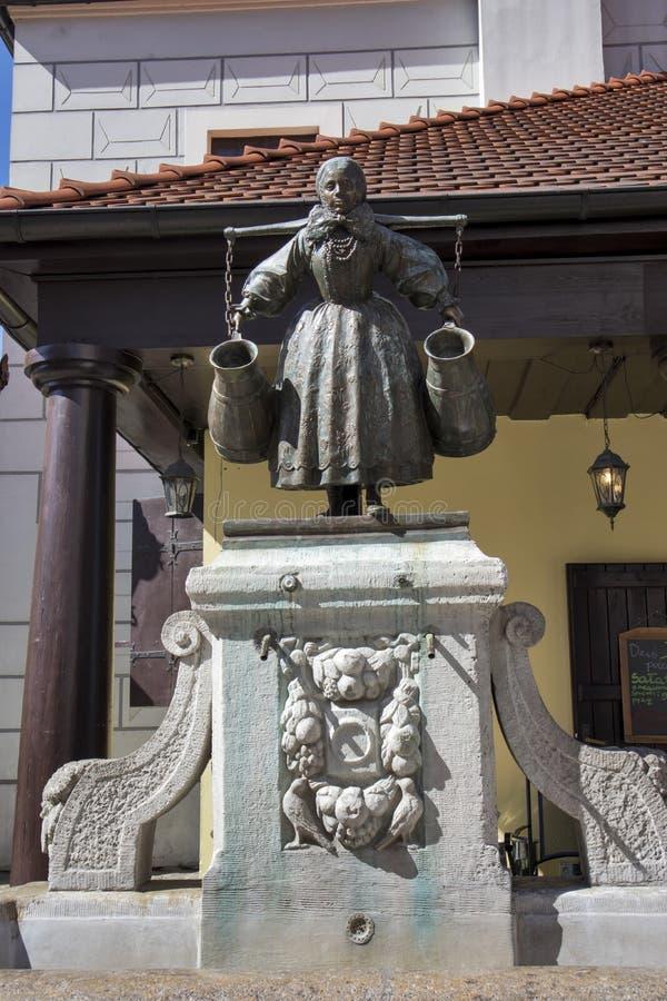 Vecchio quadrato del mercato a Poznan Statua della Polonia della fontana di Bamberka che descrive una donna con il spalla-giogo a fotografia stock libera da diritti