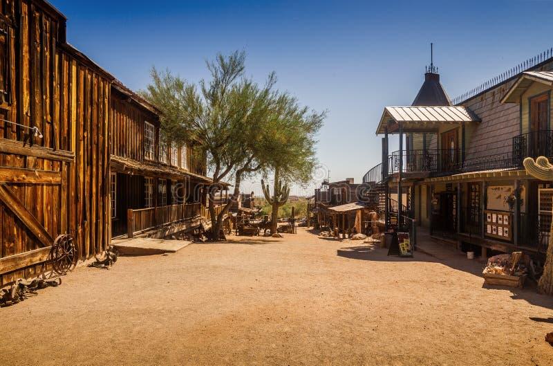 Vecchio quadrato di città fantasma occidentale di zona aurifera con il cactus enorme e salone, foto presa durante il giorno soleg fotografia stock