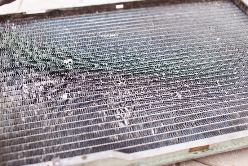 Vecchio radiatore automobilistico sporco del primo piano immagini stock libere da diritti
