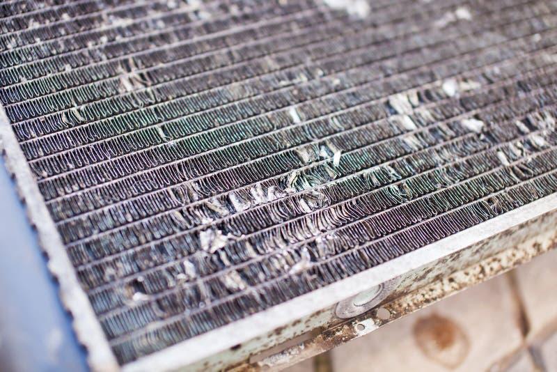 Vecchio radiatore automobilistico sporco del primo piano immagini stock