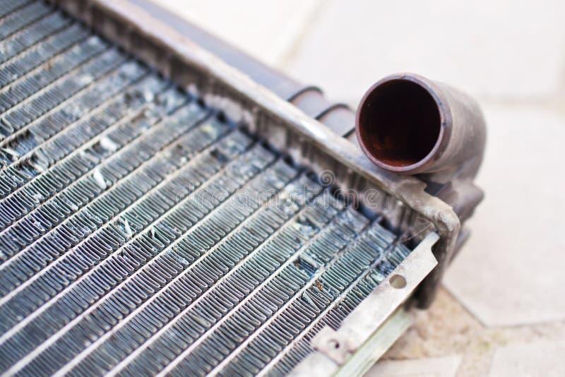 Vecchio radiatore automobilistico sporco del primo piano fotografie stock