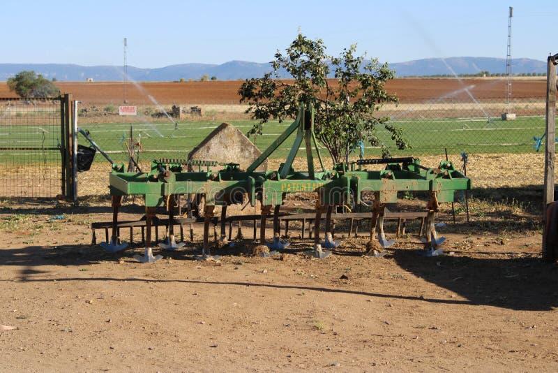 Vecchio rastrello del trattore in un prato immagine stock libera da diritti