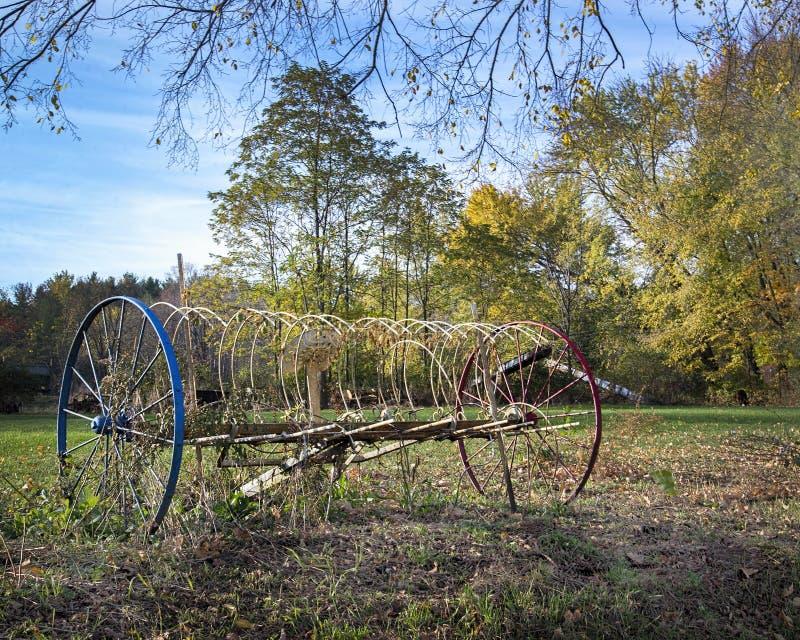 Vecchio rastrello variopinto dell'azienda agricola fotografia stock libera da diritti