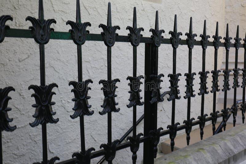 Vecchio recinto del ferro di disfatta con la parete strutturata dello stucco immagini stock libere da diritti