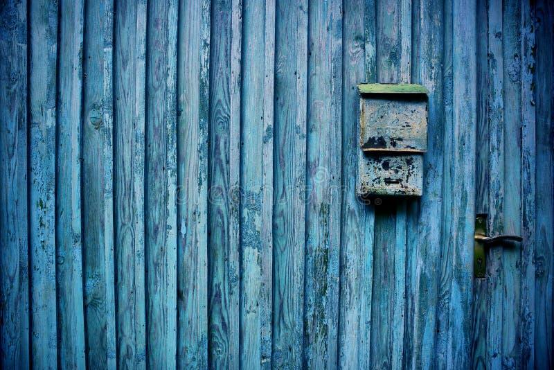 Vecchio recinto di legno con la cassetta delle lettere fotografie stock libere da diritti