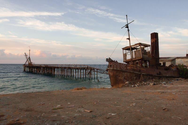 Vecchio relitto della nave del CMC e vecchio pilastro nel Cipro fotografia stock