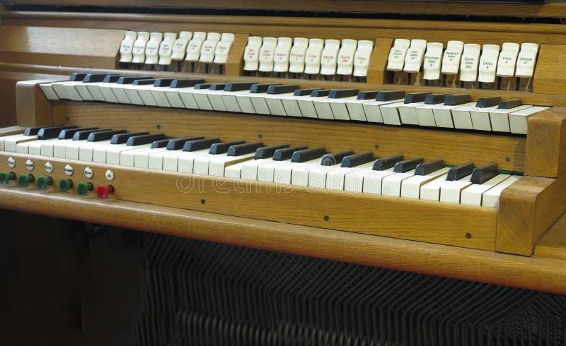 Vecchio retro organo domestico antico d'annata in museo immagine stock