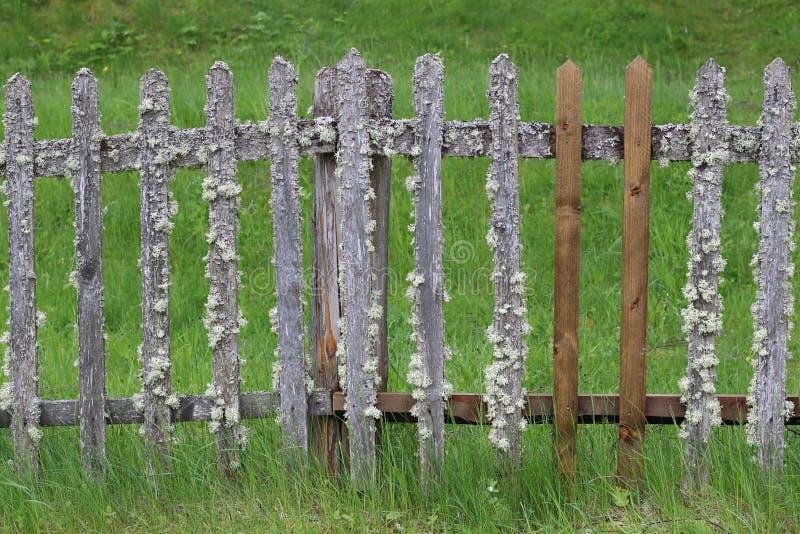 Vecchio retro recinto provinciale con gli elementi insoliti fotografie stock libere da diritti