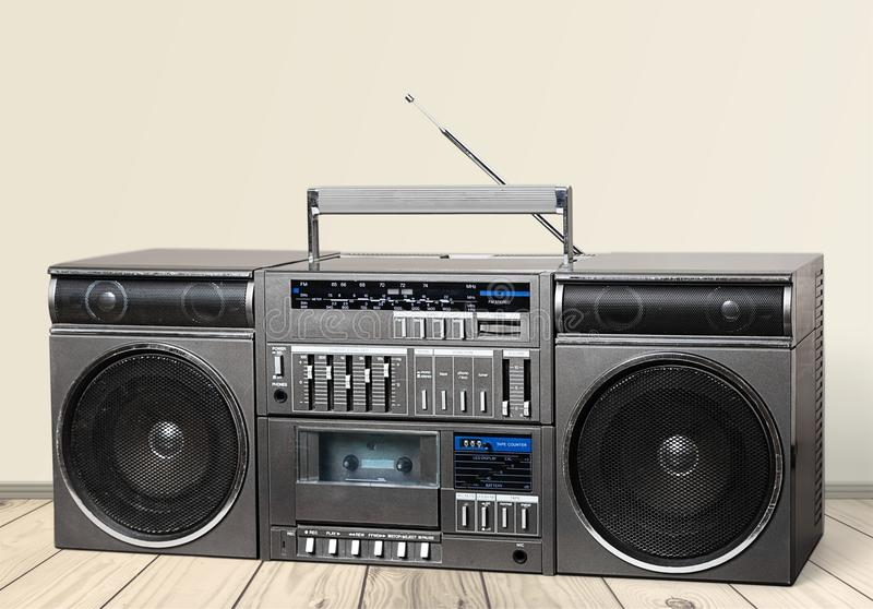 Vecchio retro registratore della cassetta dell'artificiere sulla tavola fotografie stock libere da diritti