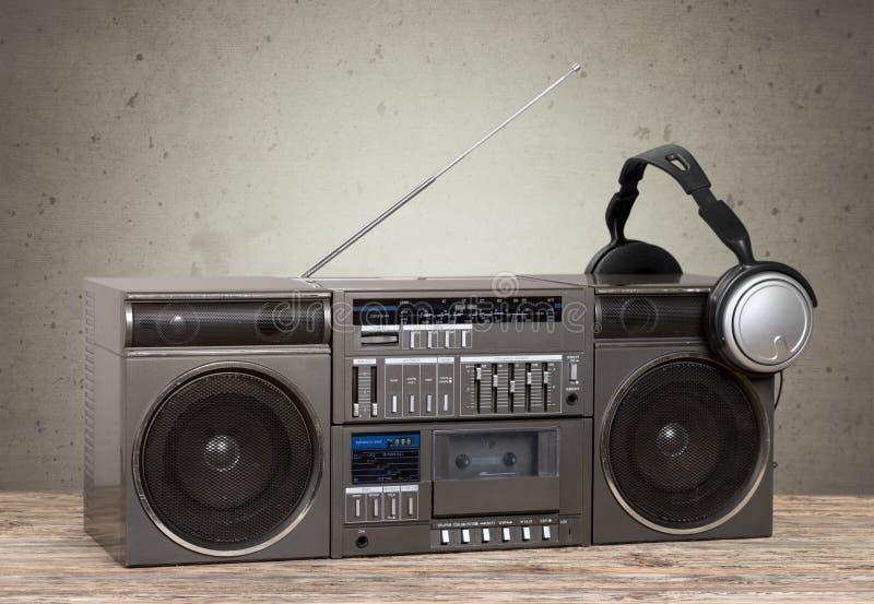 Vecchio retro registratore della cassetta dell'artificiere sulla tavola immagini stock libere da diritti