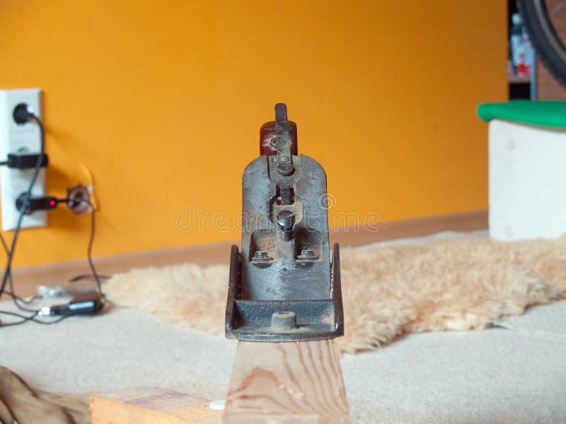 Vecchio retro strumento della pialla per sgrossare sul fascio di legno immagini stock