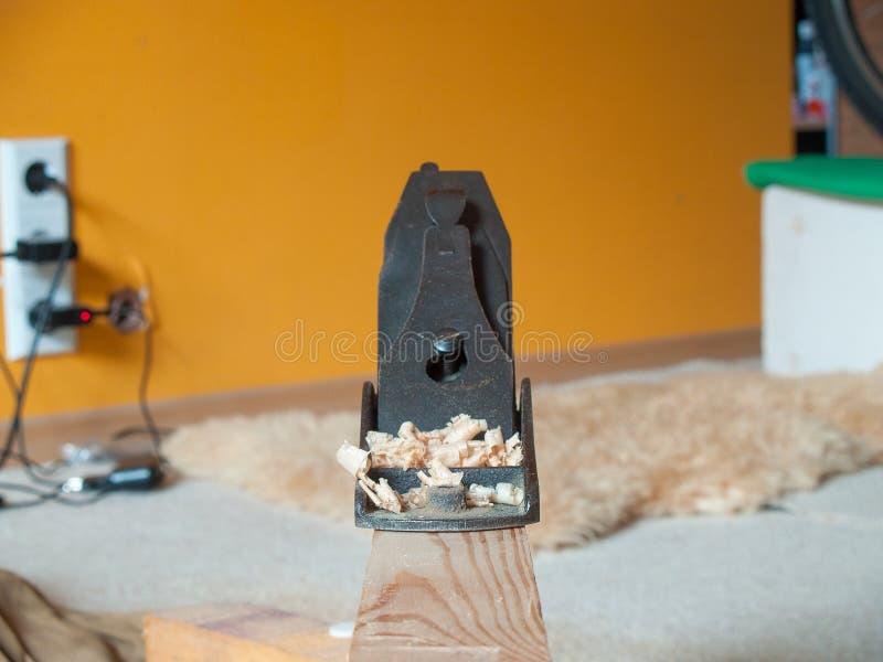 Vecchio retro strumento della pialla per sgrossare sul fascio di legno fotografia stock libera da diritti